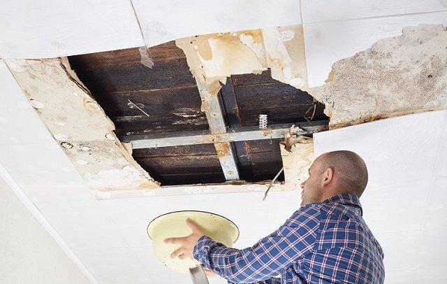 Esempio di infiltrazioni sul tetto in legno con danni alle strutture